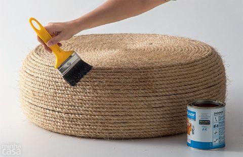 Para dar o acabamento e abaixar os fios da fibra, aplique a seladora com o auxílio do pincel. Aguarde uma hora e passe outra demão. O produto seca ao toque em um dia, mas a cura total leva duas semanas.