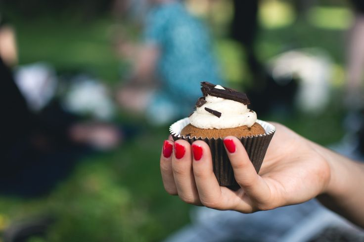 Picnic Cupcake - download this beautiful picture in hi-res for FREE from foodiesfeed.com / #free #download #hires #foodphotography #food #picture #photography #design #nocopyright #cupcake #picnic #sweet #pastry