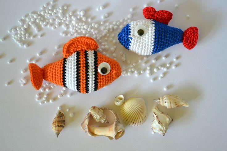 Horgolt figurák: színes halacskák pamutfonalból.