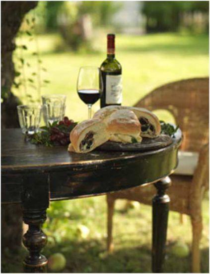 Tortano är ett fantastiskt italienskt bröd fyllt med läckerheter som prosciutto, oliver och mozzarellaost. Mycket matigt och helt perfekt till picknicken ...
