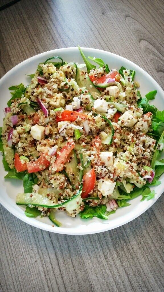 Quinoa komkommer tomaat feta rode ui rucola avocado Salade Rens Kroes