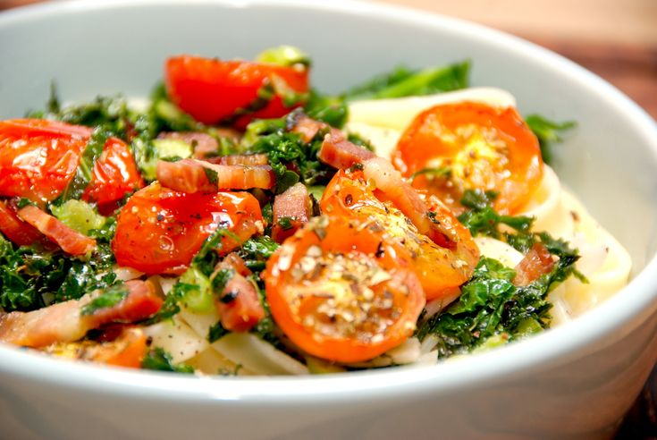 Pasta med grønkål og bagte tomater