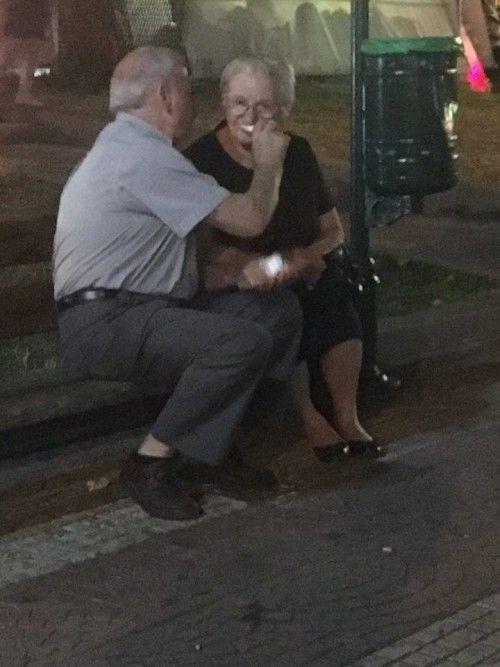 Αγάπη είναι αυτοί οι ηλικιωμένοι που χθες βράδυ τάιζαν ο ένας τον άλλο παγωτό ξυλάκι σε ένα παγκάκι στο Γέρακα