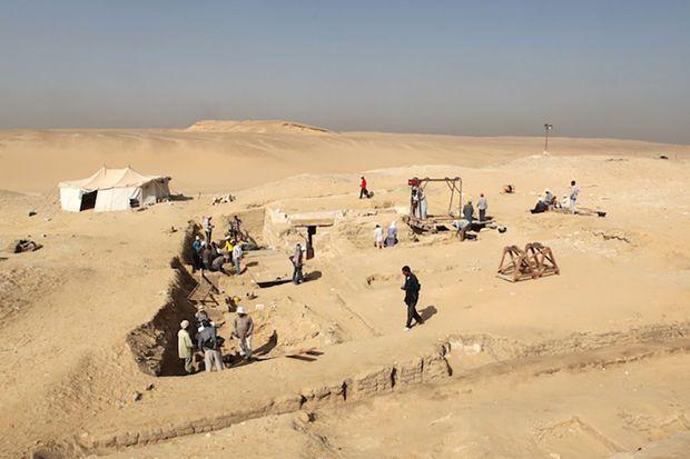"""Les restes relativement bien conservés d'un bateau de 18 mètres vieux de quelque 4.500 ans ont été mis au jour dans la nécropole des pyramides d'Abousir près du Caire, a annoncé lundi l'équipe d'archéologues tchèques à l'origine de cette """"découverte remarquable""""."""