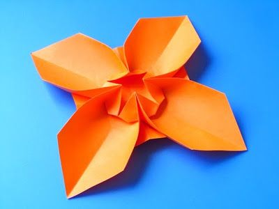 Fiore quadrato, variante 2 - Square Flower, variant 2. Origami, from a sheet of copy paper, 21 x 21 cm. Designed and folded by Francesco Guarnieri, April 2013.