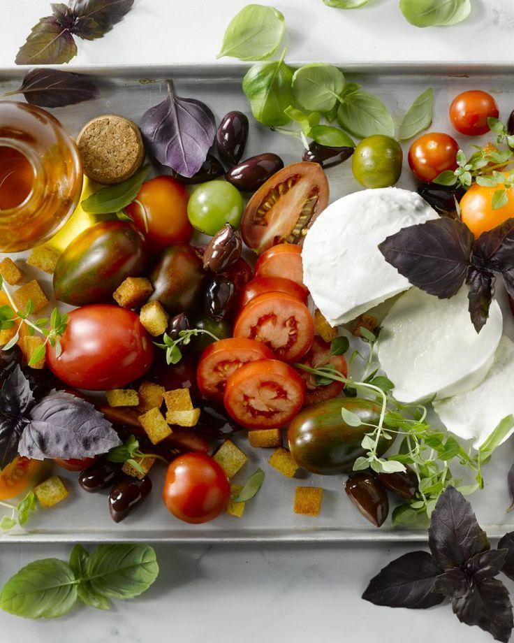 Een prachtige salade met verschillende soorten tomaten, buffelmozzarella en basilicum. Een klein Italiaans feestmaal!