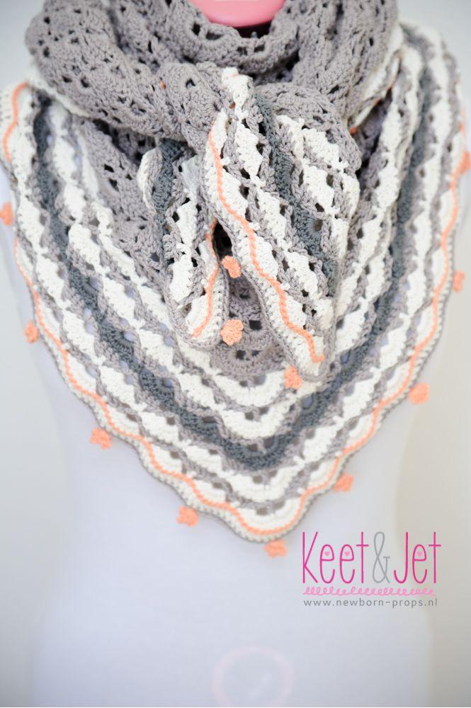 Southbay shawl shawlette crochet with tiny flowers Gehaakte omslagdoek met kleine bloemen