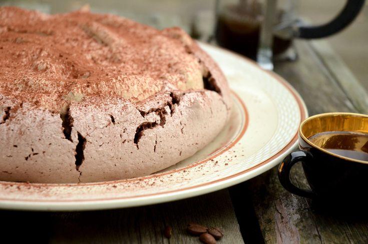 Sprød dessert af kakaomarengs serveret med top af mokka-flødeskum og kakaodrys. En himmerigsmundfuld for alle kaffeelskere.