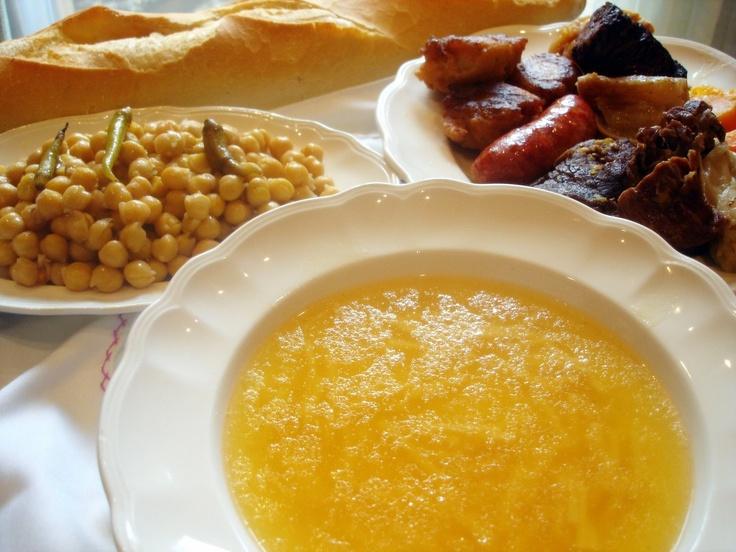 """Sin duda alguna esta receta de cocidoes mi plato favorito, una preparación""""única"""" que da para tres platos diferentes: sopa, legumbres (con verdura) y carne."""