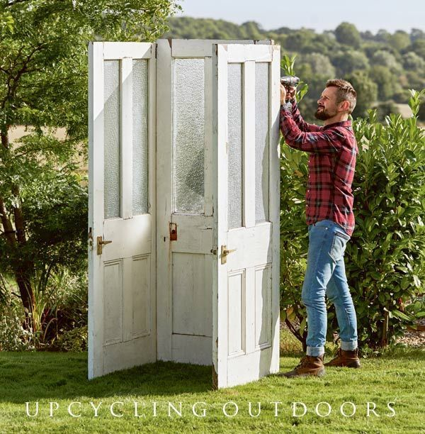 Make Your Own Mini Door Shed With This Tutorial From The Book Upcycling Outdoors Ikea Idees Jardin Decoration