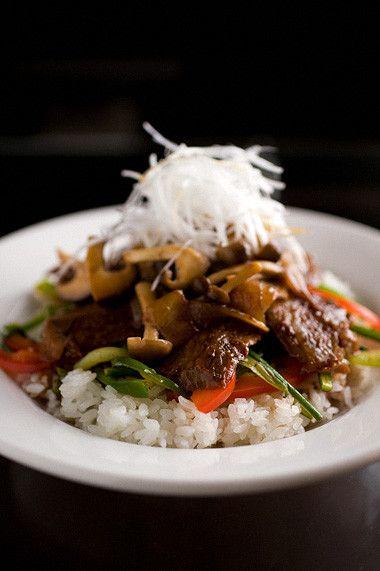 今宵はシェフ交代 男の料理より「ステーキ丼キハチ風」 :: ご飯ですよ ... ステーキ丼といっても野菜も各種色々と。 一番下には細切りのピーマン、パプリカ、青梗菜、にんにくの芽をシャキッと炒めた物をそして特製ソースを絡めたステーキの ...