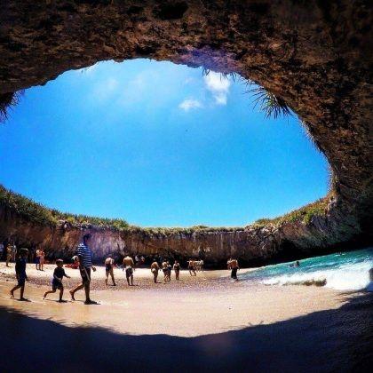 Un lungo tunnel per arrivare ad affacciarsi in una spiaggia bianchissima immersa in un cratere. E' Playa Escondida (spiaggia nascosta, in spagnolo) o Playa del Amor ed è un gioiellino nel Parco Nazionale delle Isole Marietas, in Messico. La sua particolarità? E' talmente protetta ed esclusiva che non solo non ci sono strutture per pernottare su queste isole, ma c'è un limite massimo di persone che hanno il permesso di andarci. Non più di 116 al giorno. Un tour da prenotare con ant...