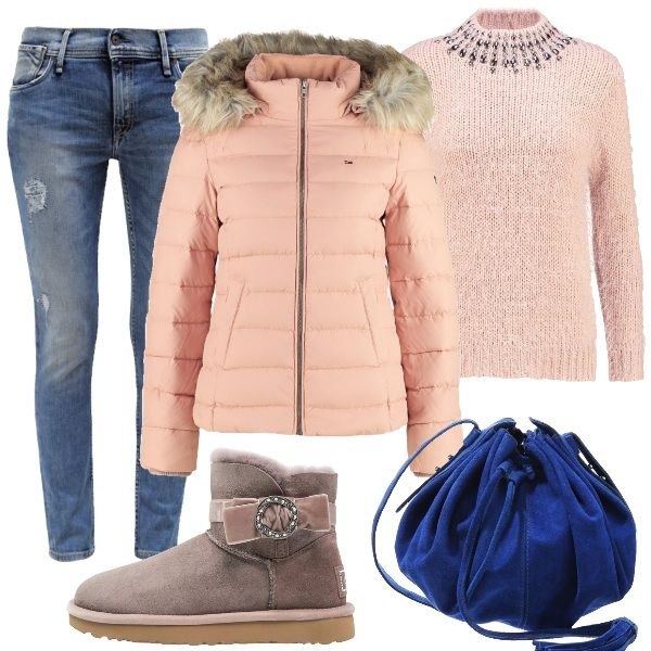 Outfit+pratico+per+i+pomeriggi+da+passare+al+parco+coni+propri+figli.+Jeans+slim+fit,+maglione+rosa+con+colletto+alla+coreana,+adornato+con+pietre.+Piumino+rosa+con+cappuccio+e+collo+in+pelliccia+sintetica+rimovibile.+Comodi+e+caldi+gli+stivaletti+Ugg+bassi,+scamosciati+con+applicazione+di+nastro,+fiocco+e+pietre.+Completiamo+con+la+borsa+a+tracolla+blu+elettrico.