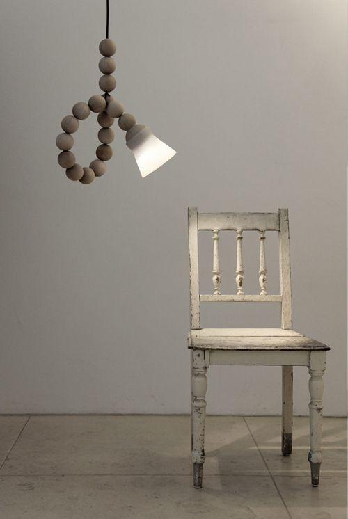 Lamp EARL is een flexibel lichtstysteem bestaande uit twintig houten kralen.