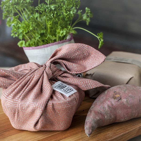 Modern furosiki avagy szeretet kitchy-t másképp csomagolva. 100%-ig újrahasznosítható, környezetbarát és meglepően frappáns megoldás csomagolásokhoz a Kitchytől. #furoshiki #ecofriendly #kitchydesign
