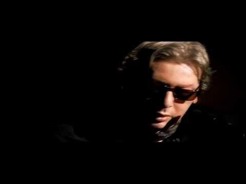 """""""Sur un trapèze"""". Du dernier album studio d'Alain Bashung, Bleu Pétrole (2008). Paroles et musique de Gaëtan Roussel qui accompagne ici Bashung."""