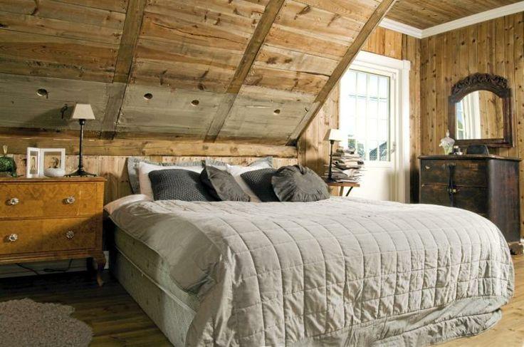 Det vakre soverommet er innredet med gamle kommoder, et nytt speil fra Indonesia, og billige lampeføtter fra Ikea - der lampeskjermene har blitt byttet ut. Sengetøyet er fra Drømmeplassen.