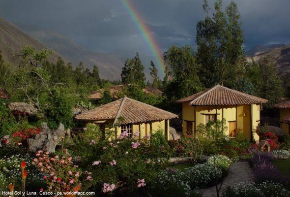 Hotel Sol y Luna, un lugar para disfrutar de los Andes cusqueños.  En el Valle Sagrado de los Incas, a un kilómetro de Urubamba, en el Cusco, encontramos el Sol y Luna Lodge Spa, un lugar para disfrutar de los Andes y uno de los más atractivos del valle.