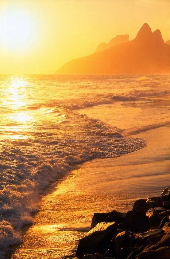 Sunset aaat Ipanema Beach, Rio de Janeiro, Brazil: