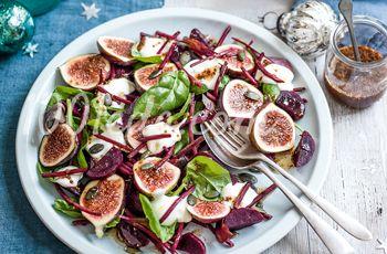 Салат из свеклы, инжира и козьего сыра