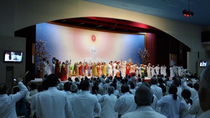 Un momento inolvidable... en el escenario, unas 100 personas bailando banghra y Dadi Janki, 96 años, uniéndose a ellos (4)