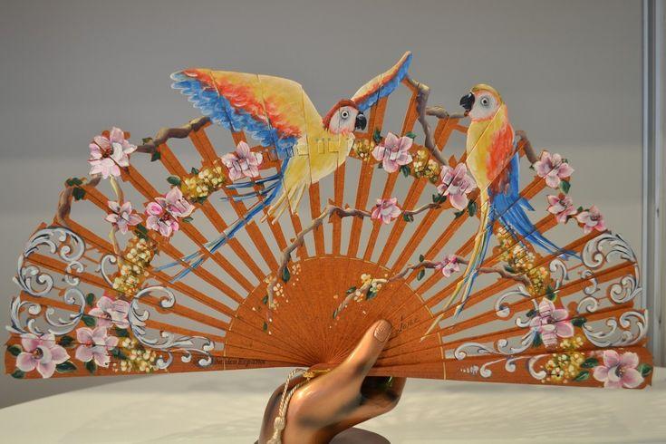 Abanicos de madera Danta Imagen de Loros. Calado y pintado a mano  Cuenta con Sello Artesanía Española (AEA)  www.artesania-alla.es