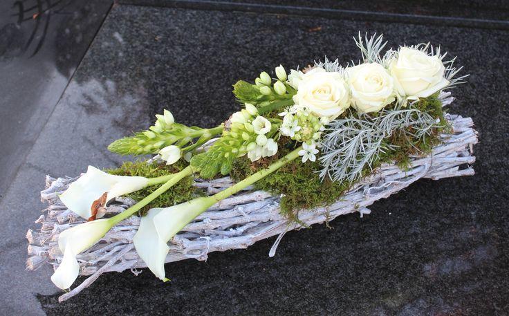 grafstuk op takkenwerk wit met witte calla