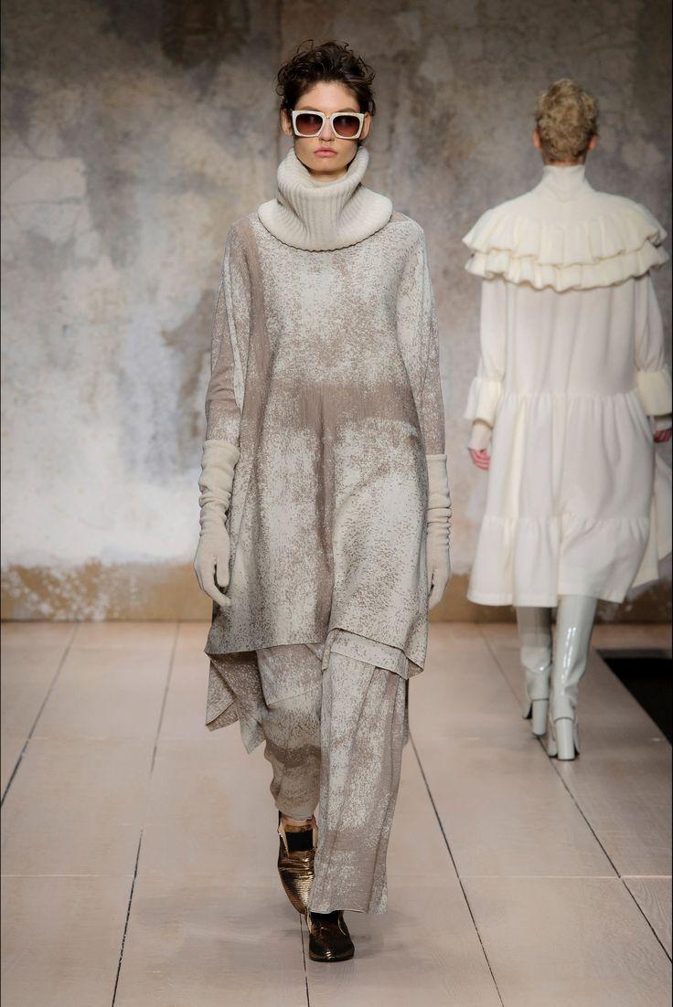 Guarda la sfilata di moda Laura Biagiotti a Milano e scopri la collezione di abiti e accessori per la stagione Collezioni Autunno Inverno 2017-18.