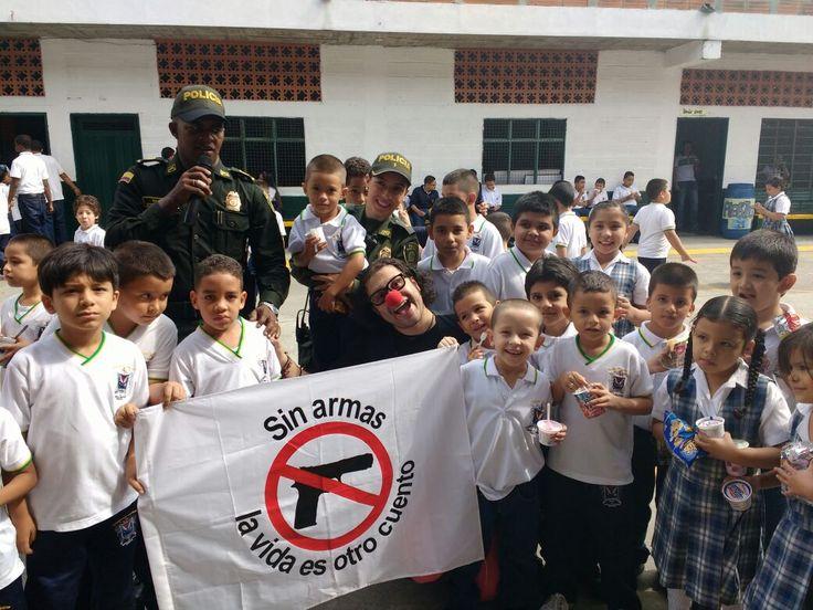Jornada de sencibilización Colegio Camilo C. Restrepo, intercambio de juguetes Bélicos. ¡NO PORTO ARMAS, PORQUE MI VIDA VALE! 27 de mayo de 2016
