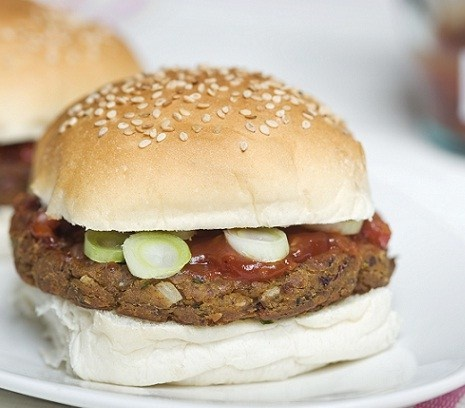 Tex Mex burger | Ons grootste succesnummer in de Mobiele Flexitaria: Al het lekkers van een hamburger, maar dan op basis van een kruidige bonenmix.  #recept #vegetarisch #flexitarier
