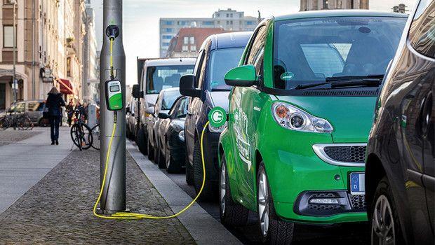Ricaricare l'auto elettrica con il... lampione! http://autokm0.tv/ricarica-auto-elettriche-in-citta-palo-luce/ #autoelettriche