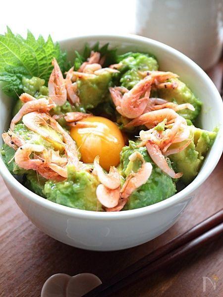 静岡県で水揚げされた「釜揚げ桜えび」を散らしたアボカド丼ぶりは、白みそ仕立てに味付けをしました。  たまごを絡めてお醤油で頂きます。    桜エビの代わりに釜揚げしらすを散らしてもOK。  火を使わない、夏に嬉しい簡単レシピ。アボカドの量はお好みでどうぞ。    ※ご飯と別に小鉢に入れたら副菜やおつまみにもなります。