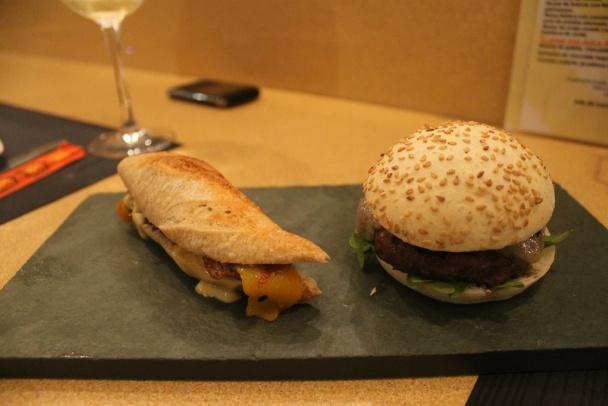 Serranito de pluma y paleta ibérica con pimiento amarillo y aderezo de kimuchi y Hamburguesita de lomo de buey con queso Idiazabal y ketchup casero de shitake al yuzu, de 'Tapadaki' (Málaga)