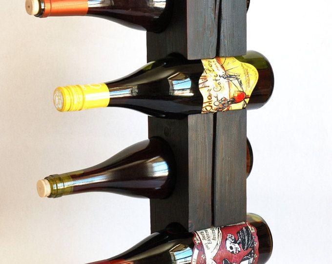 Het samenbrengen van de leeftijd rustieke gevoel van verweerde schuur hout met een moderne zin van ontwerp, zijn deze vrijstaande wijn racks gemaakt van staal en solide stukken teruggewonnen hout. Elk veilig houdt vier standaard 750 ml wijnflessen en kunt u de etiketten van uw favoriete wijnen weergeven.  Houd er rekening mee dat de wijn rekken die je in deze fotos ziet zijn niet noodzakelijkerwijs de dezelfde wijn rack die u ontvangt. (Deze aanbieding is voor een aangepaste, made-to-order…