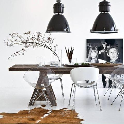 Elegância e ousadia neste loft alemão: combinação de mesa de madeira com cadeiras transparentes em um fundo branco. Foto @westwingde #revistacasaclaudia #decor #decoration #decoração #home #house #casa #homedecor #white