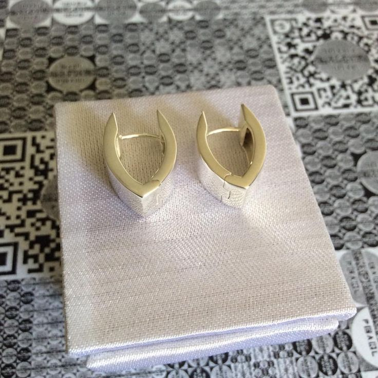 E925 VOLANTIS Silver earrings/ Серьги серебряные/ 银耳钉  $190.00/ RMB ¥1225.00  8.1 g  Gorgeous pure 925 sterling silver wing shaped earrings. Surface polished and bright.  Роскошные крылатые серьги из чистого серебра 925 пробы. Поверхность полированная с блеском.   大气款翅膀状纯925银耳钉。抛光表面。    EARL PEARL silver series jewelry is meticulously created from pure 925 sterling silver by using the world's most advanced German casting technology, hoping to always give you the feeling of unsurpassed…