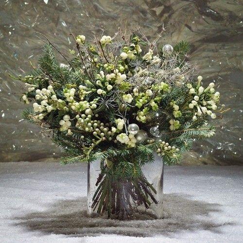 IL #GALATEO DEI #FIORI #CAPODANNO  Per Capodanno l'ideale è regalare composizioni o bouquet con vischio. Il vischio infatti è un portafortuna ed è usanza per Capodanno baciarsi sotto i suoi rami per augurarsi un nuovo anno ricco di successi.