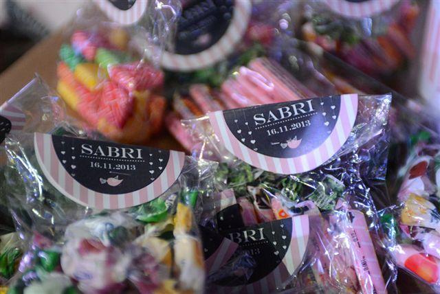Compartimos las fotos que nos envío Luciana sobre la fiesta del cumpleaños nº 15 de su hija Sabrina donde se pueden observar algunos de los productos de DCD Eventos.  En esta foto: cierra sobre personalizados para las bolsitas del candy bar.