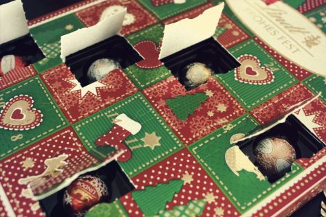 Lindt Adventskalender – Frohes Fest Mini-Tisch-Kalender – Pralinen-kugeln hinter den 24 Türchen