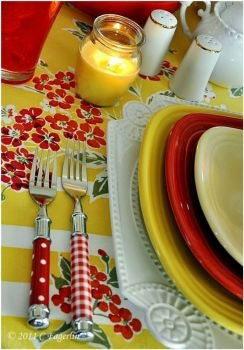 Red and Yellow Table Setting (280 pieces)