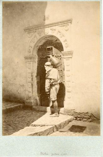 Famin, Algérie, Biskri, Porteur d'eau vintage albumen print. Vintage Alger