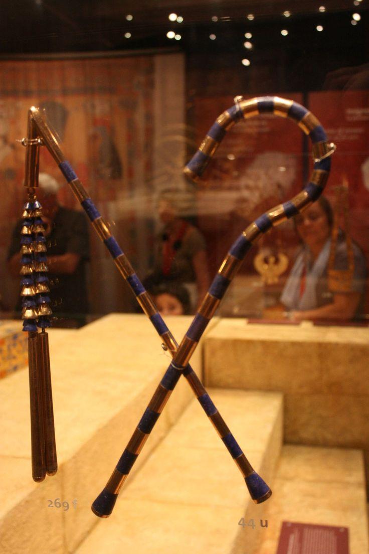 Crosse et fléau : Un symbole de royauté, de majesté et de domination.