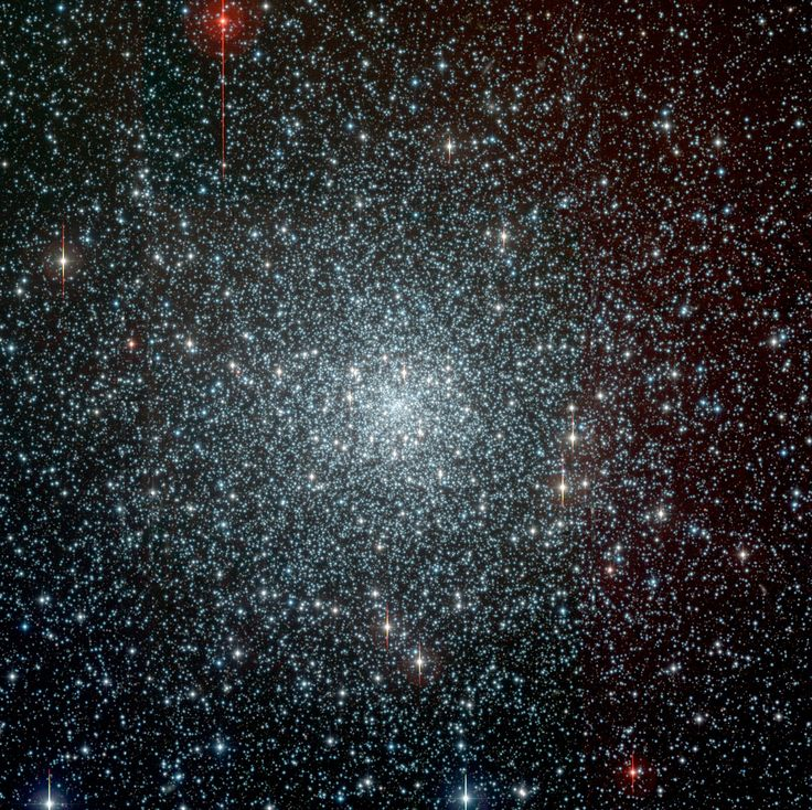 Cúmulo NGC 6397 (Caldwell 86). Es un cúmulo globular en la constelación Ara. Es uno de los dos cúmulos globulares más cercanos a la Tierra (el otro es Messier 4). El cúmulo contiene alrededor de 400.000 estrellas. NGC 6397 es una de las al menos 20 cúmulos globulares de la Vía Láctea que han sufrido un colapso del núcleo, lo que significa que el núcleo ha contraido a una muy densa aglomeración estelar.