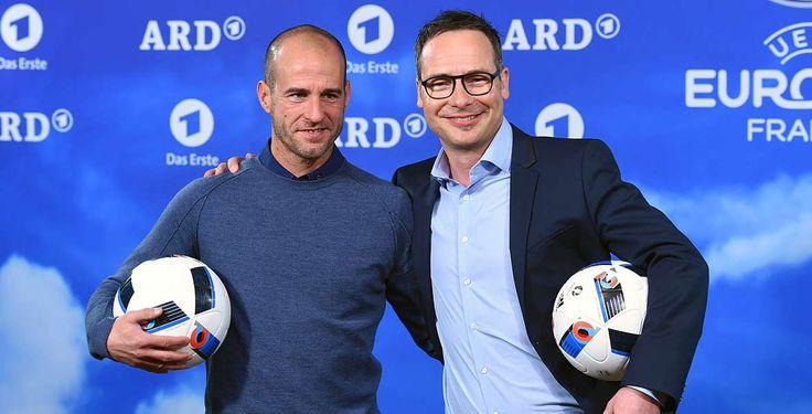 ARD-Fußball-Experte Mehmet Scholl (l.) soll nach einer Meinungsverschiedenheit zwei Übertragungen geschwänzt haben