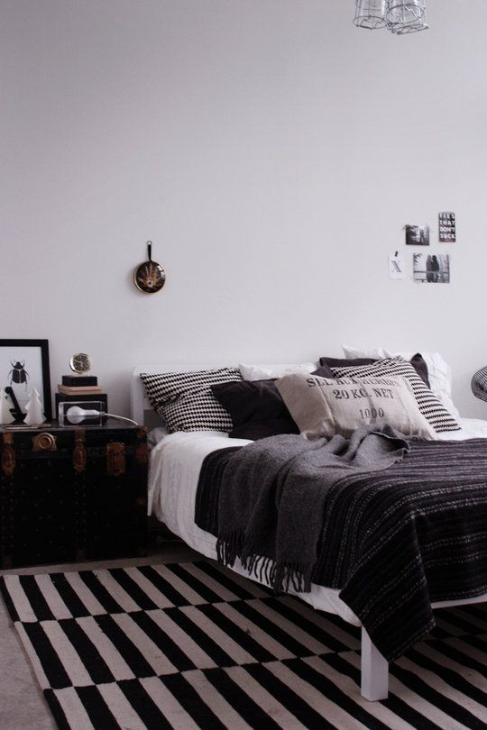likainen parketti: Black Red And White Bedrooms, Bedrooms Decoration, Beds Rooms, Bedrooms Design, Simple Bedrooms, Black And White Rugs Bedrooms, Design Bedrooms, Black White, Colour Schemes