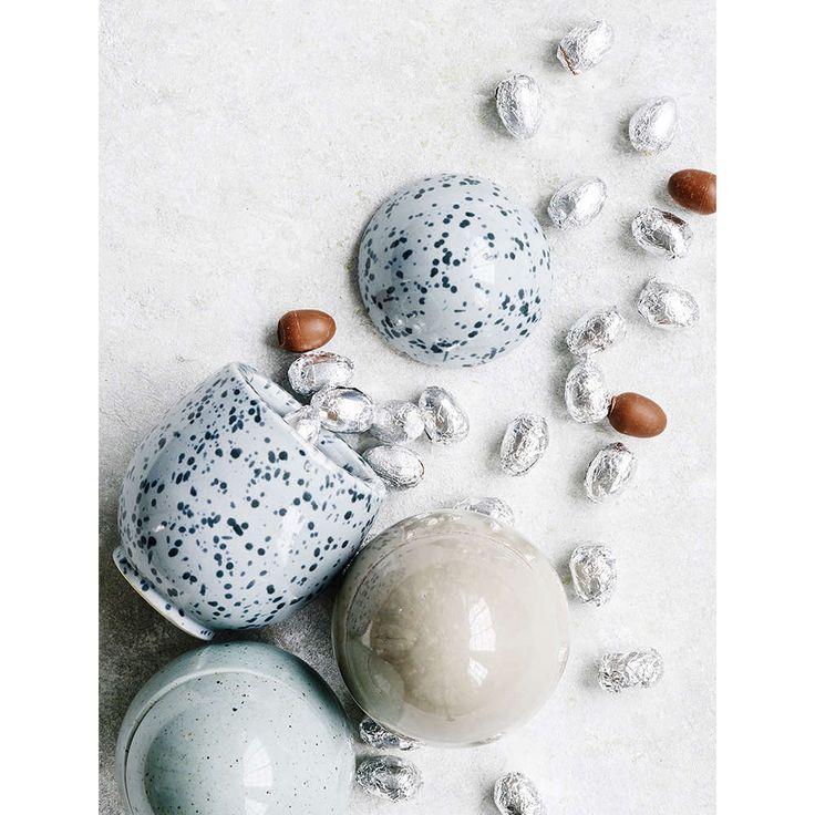 Nicolas Vahe påskeegg i keramikk med sjokoladeegg