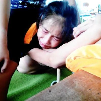膝裏を襲う強烈なストレッチの痛みに耐えられず涙を流してしまうジュニア新体操選手