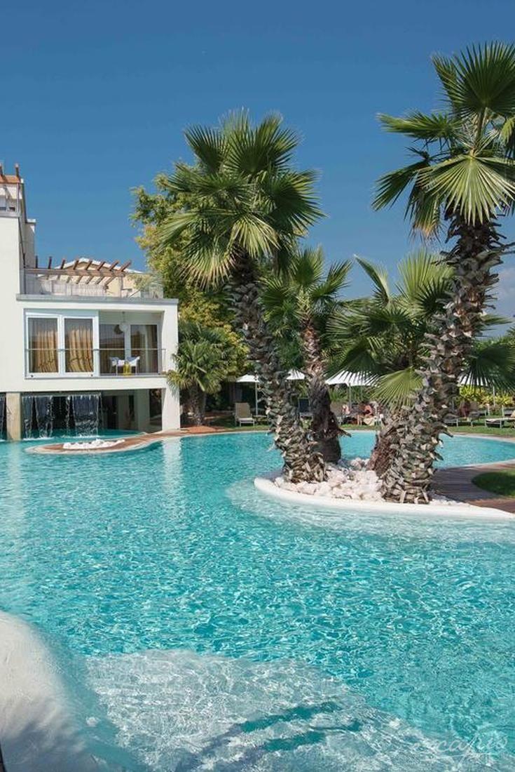 Direkt am Gardasee und mit toller Poollandschaft: Color Hotel Style & Design Bardolino, Italien