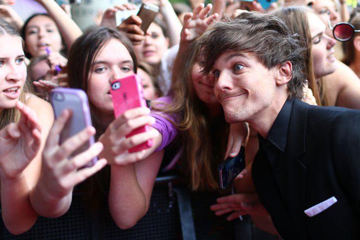Pin for Later: Les Photos People de la Semaine à Ne Pas Manquer  Louis Tomlinson des One Direction a posé avec ses fans avant d'assister aux Aria Awards de Sydney, en Australie.