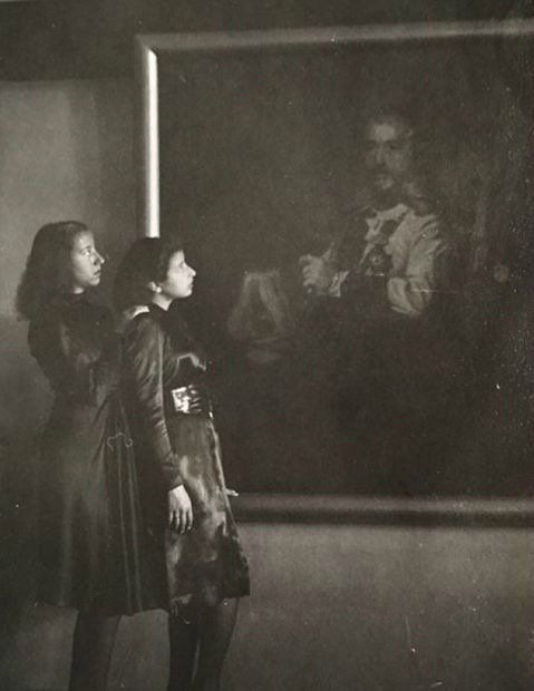 The princesses Badia'ah and Jalilah The daughters of King Ali in front of a large picture of King Faisal I at Al - Rehab Palace in Baghdad.تويتر